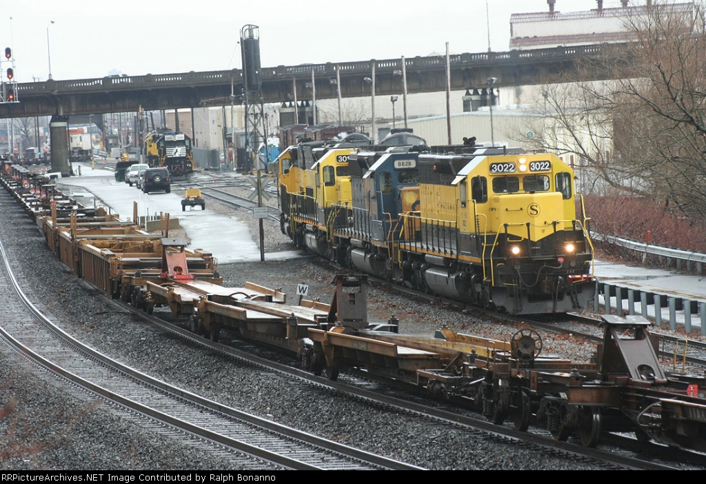 AS Q118 enters the NYSW from CSX at CP-5, the SU-99 power heads out to its train